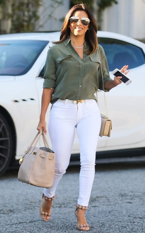 look com camisa verde militar e calça branca