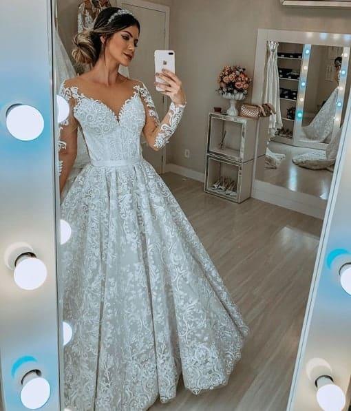 noiva com vestido princesa de renda e mangas longas