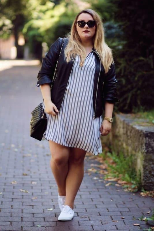 look plus size com vestido listrado curto e tênis