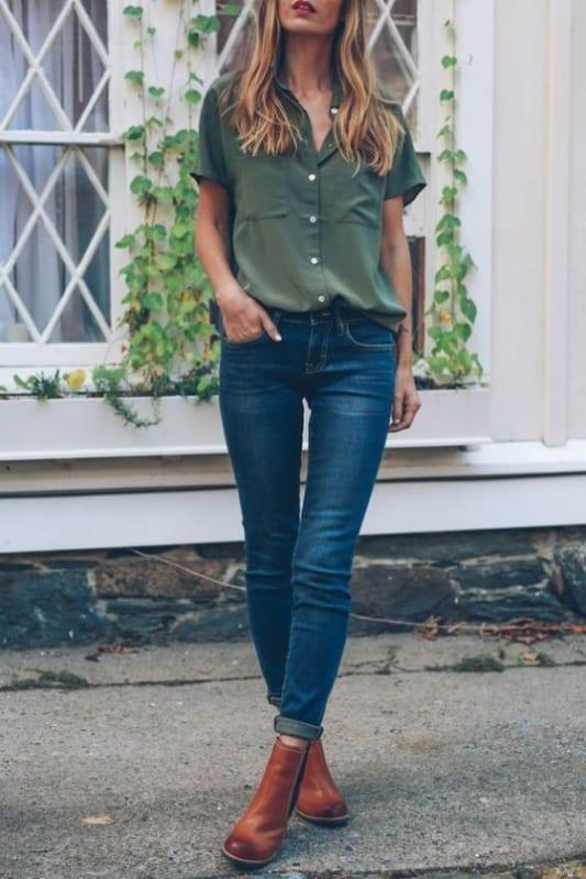 look com calça jeans e camisa verde militar de manga curta
