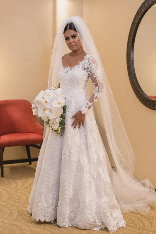 vestido de noiva evasê em renda com manga longa
