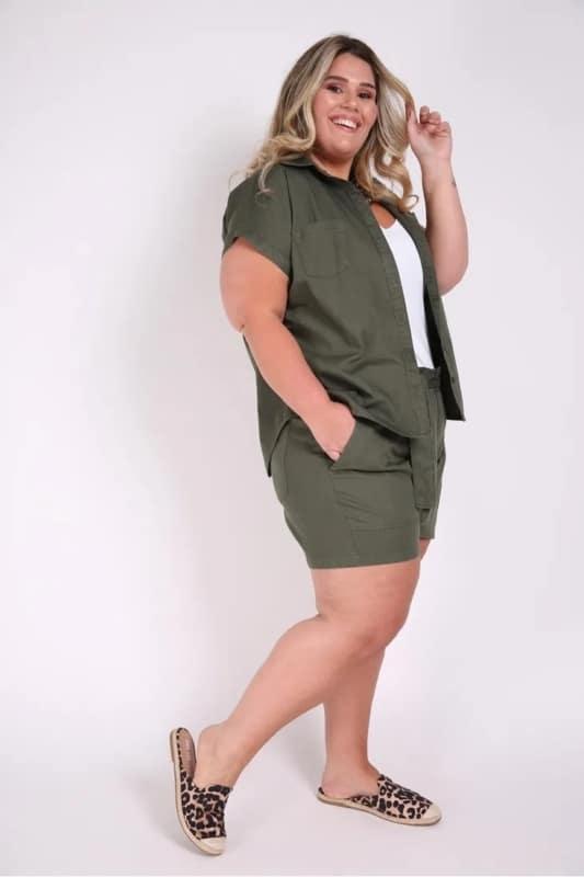 look plus size com camisa verde militar