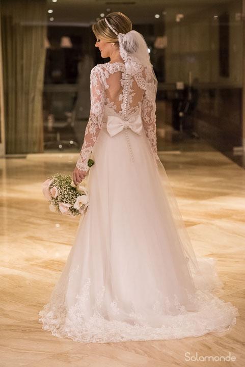 vestido de noiva evasê com saia de tule e manga longa