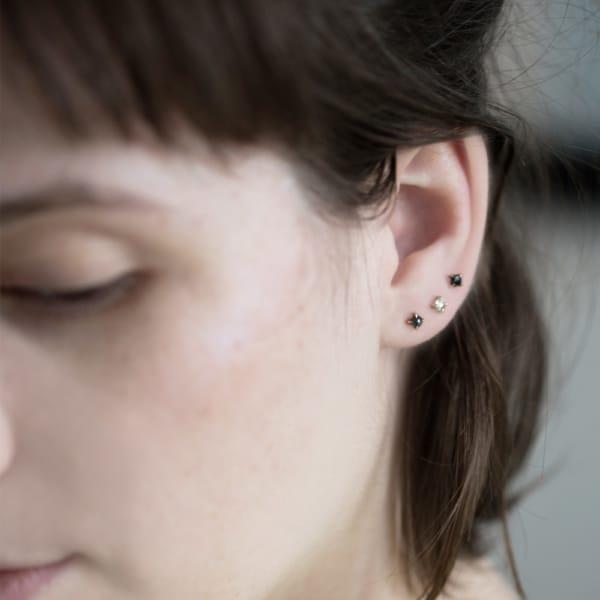 'como combinar brincos de furos nas orelha