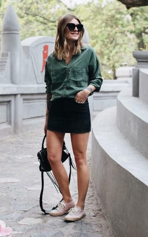 look com mini saia preta e camisa verde militar