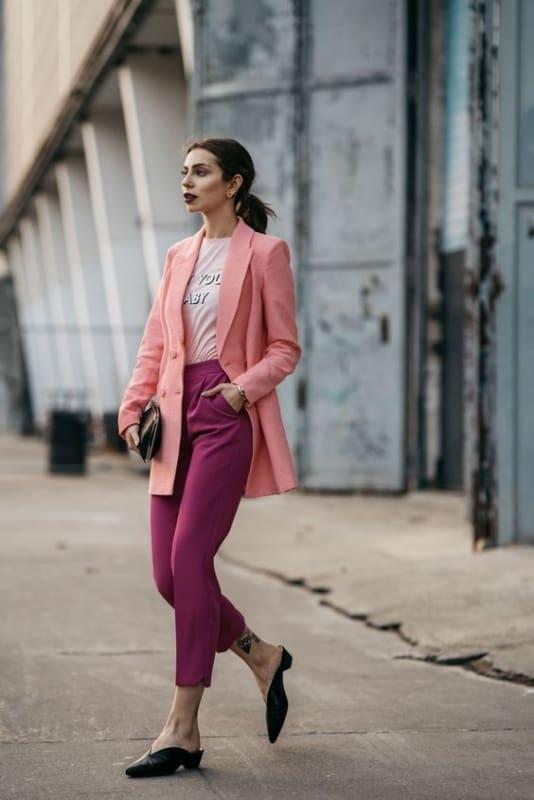 Calça roxa e blazer rosa com mule preto