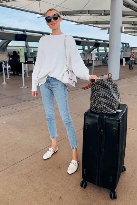 Look de aeroporto com mule branco