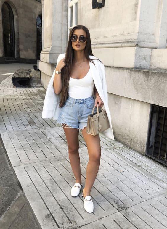 Mule branco redondo com short jeans