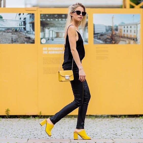 Salto amarelo mule com dedos à mostra