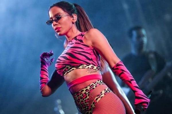 looks anitta rosa no palco