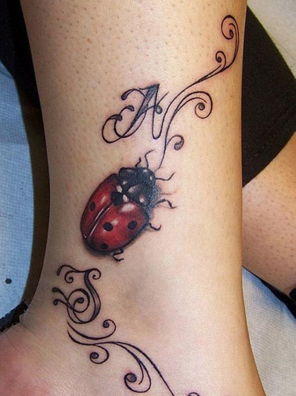tatuagem de joaninha 3D na perna