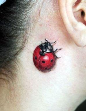 tatuagem de joaninha 3D no pescoço