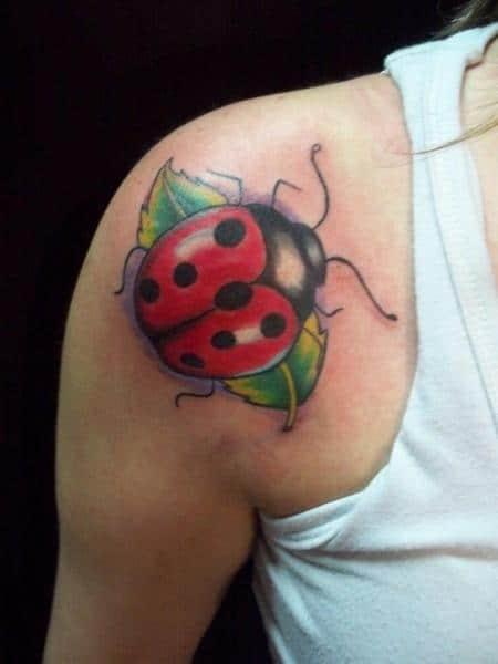 tatuagem de joaninha grande nas costas