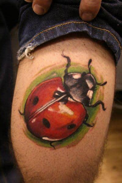 tatuagem de joaninha na panturrilha