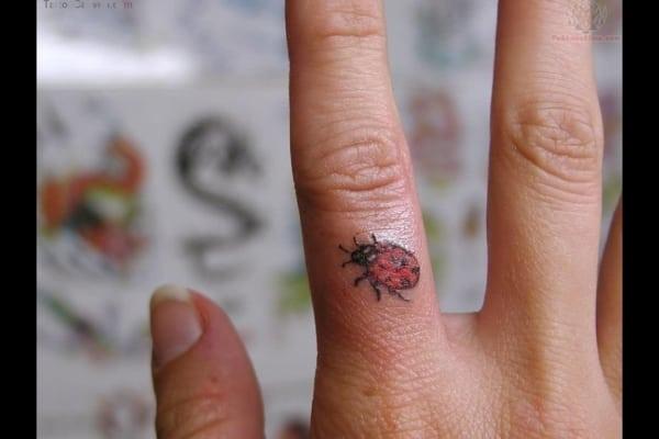tatuagem de joaninha no dedo
