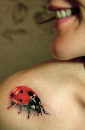 tatuagem de joaninha no ombro