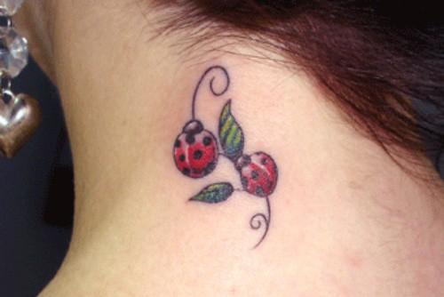 tatuagem de joaninha no pescolo