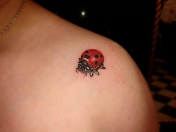 tatuagem de joaninha pequena no ombro