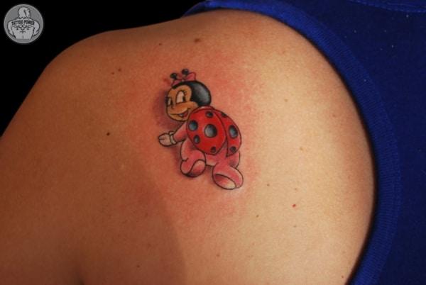 tatuagem de joaninha sorridente nas costas