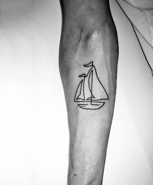 tatuagem fineline masculina barco