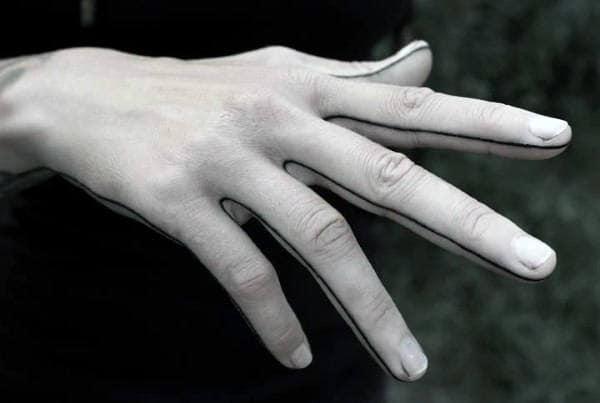 tatuagem fineline masculina na mão