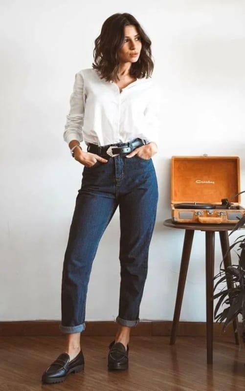 look com calça mom jeans azul escuro e camisa branca