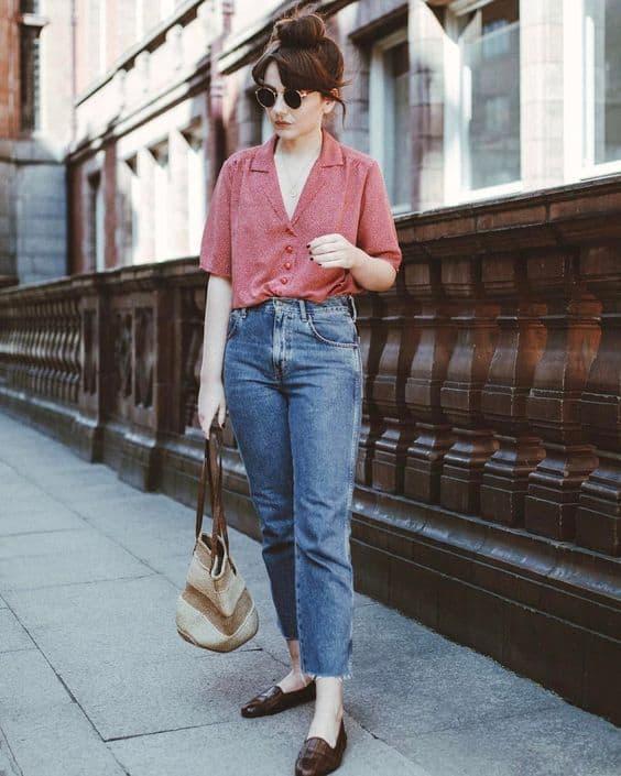 look com calça mom jeans e blusa por dentro