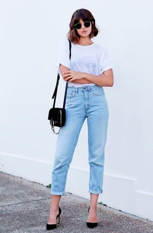 look com calça mom jeans clara e scarpin preto