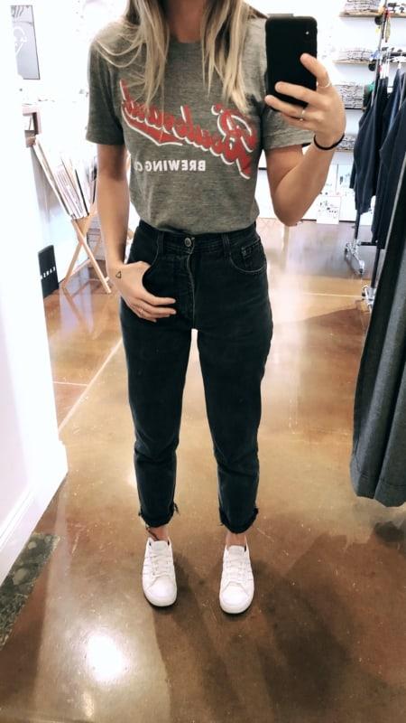 look com calça mom jeans preta e T shirt