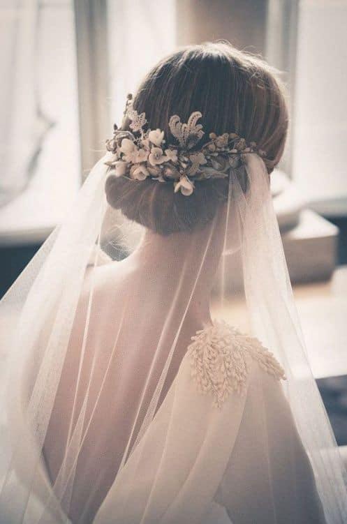 noiva com grinalda de flores e véu