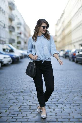 look com calça mom preta e camisa jeans
