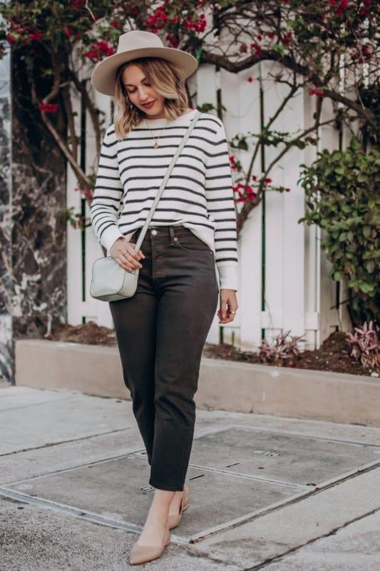 look com suéter de listras e calça mom jeans preta
