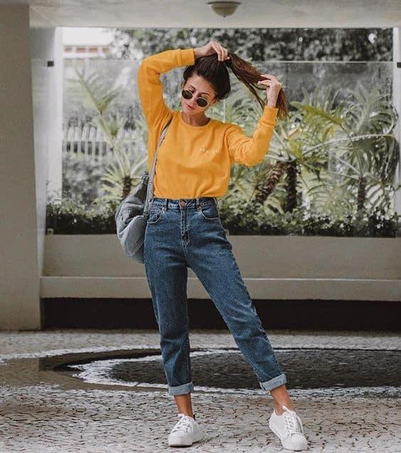 look com calça mom jeans tradicional e moletom