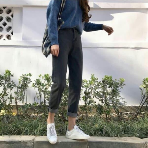 como usar calça mom jeans preta com tênis branco