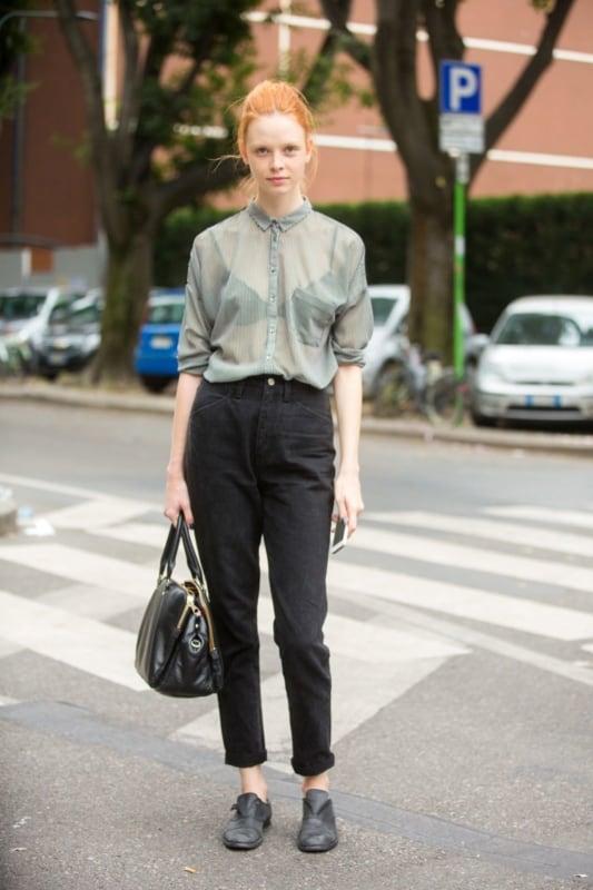 como usar calça mom preta com camisa