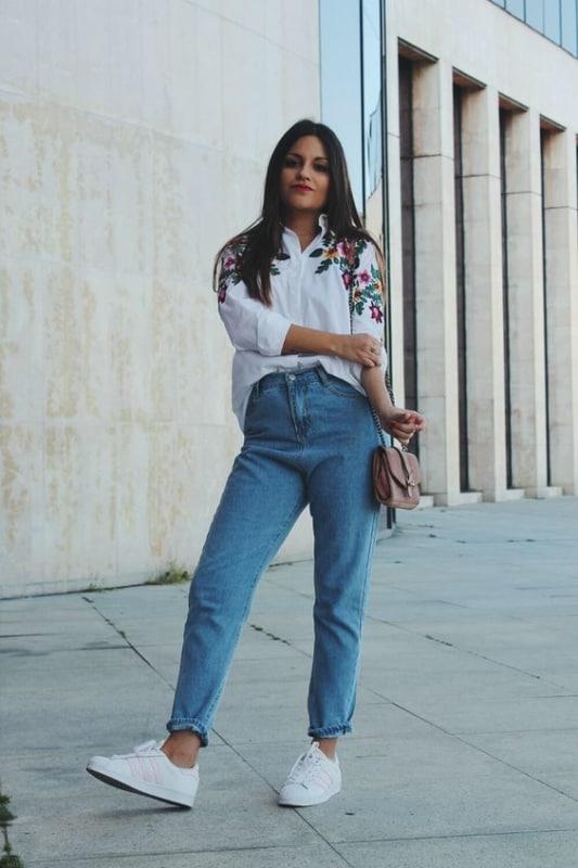 look com calça jeans vintage e camisa branca
