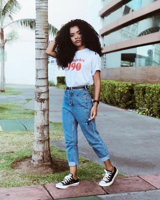 look anos 90 com calça mom jeans