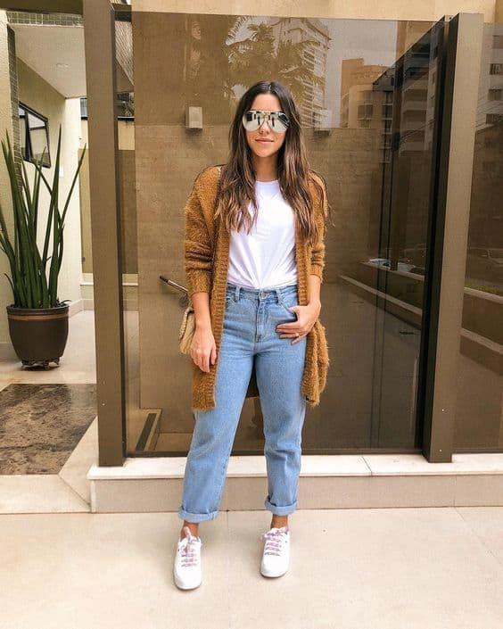 look com calça mom jeans tradicional e tênis branco