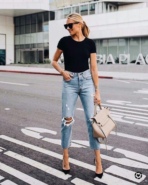 look com calça mom jeans rasgada e scarpin