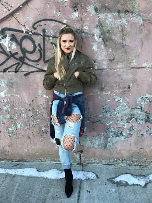 look com calça destroyed mom jeans e meia arrastão