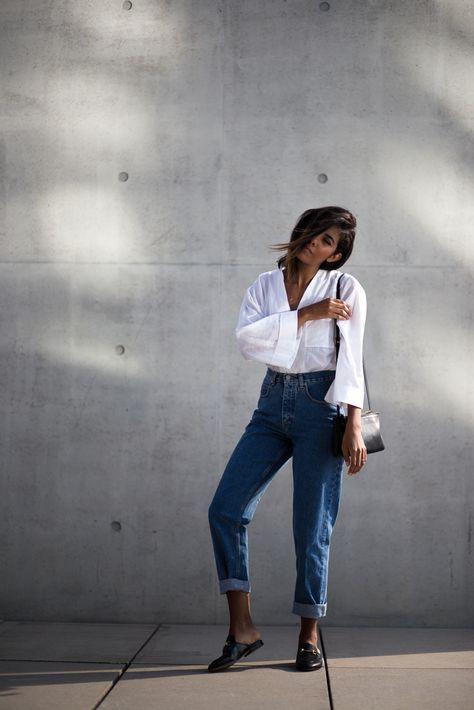 look com calça mom jeans escura e camisa branca