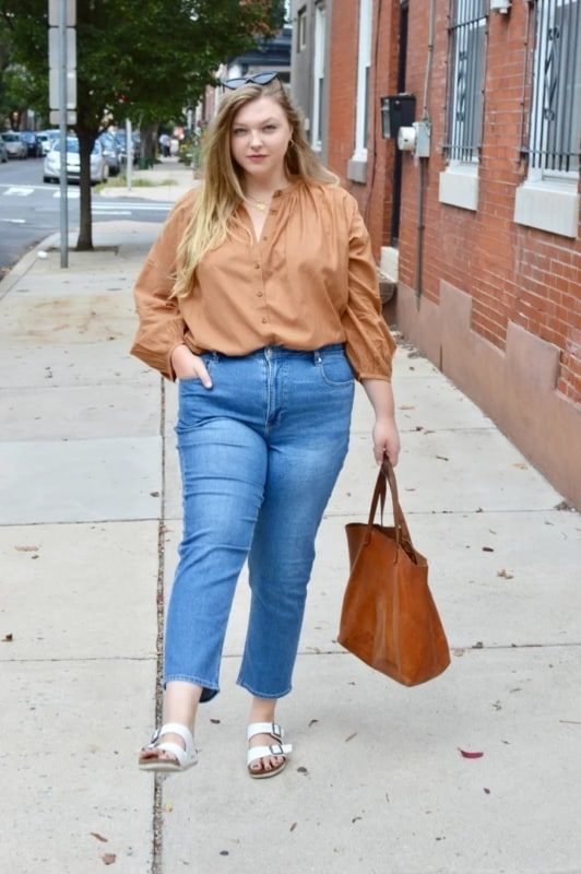 look plus size dia a dia com calça mom jeans