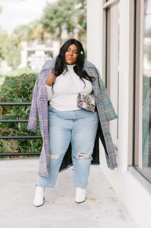 look plus size com calça mom jeans clara