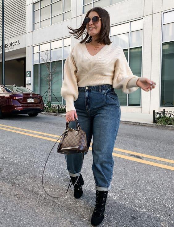 look plus size de inverno com calça mom e blusa