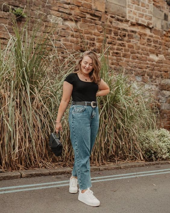 look plus size com calça mom jeans