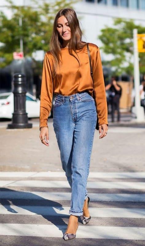 look com calça mom jeans e blusa de manga longa
