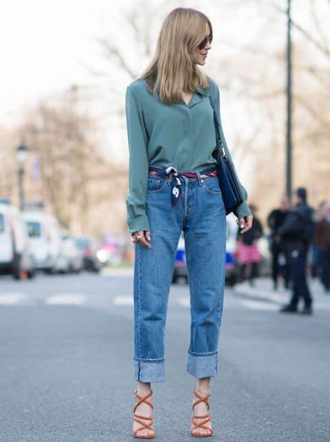 look com calça mom jeans tradicional e sandália de salto