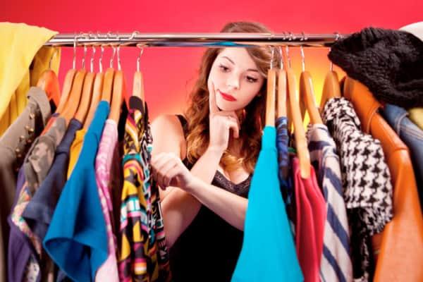 mulher escolhendo roupa 12
