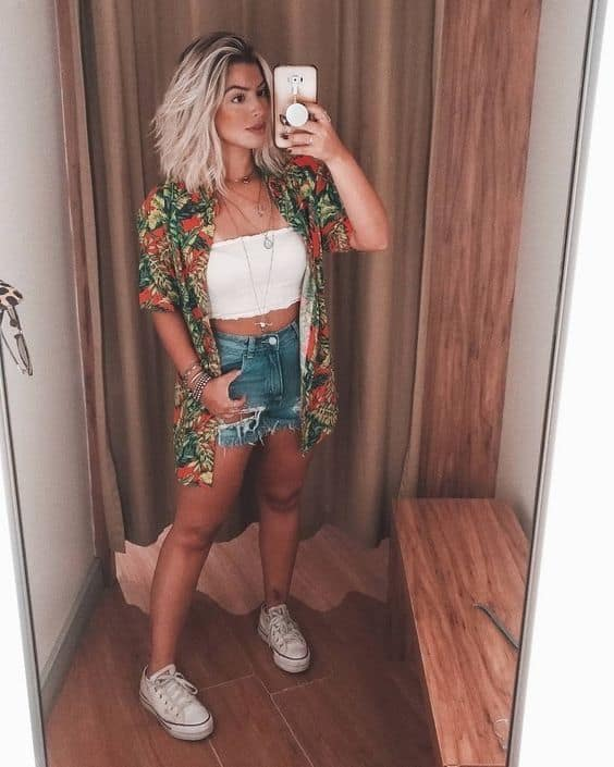look verão com short jeans e cropped faixa branco
