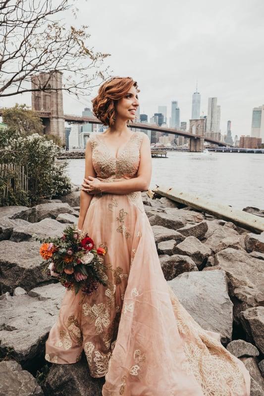 noiva com vestido rosé gold longo